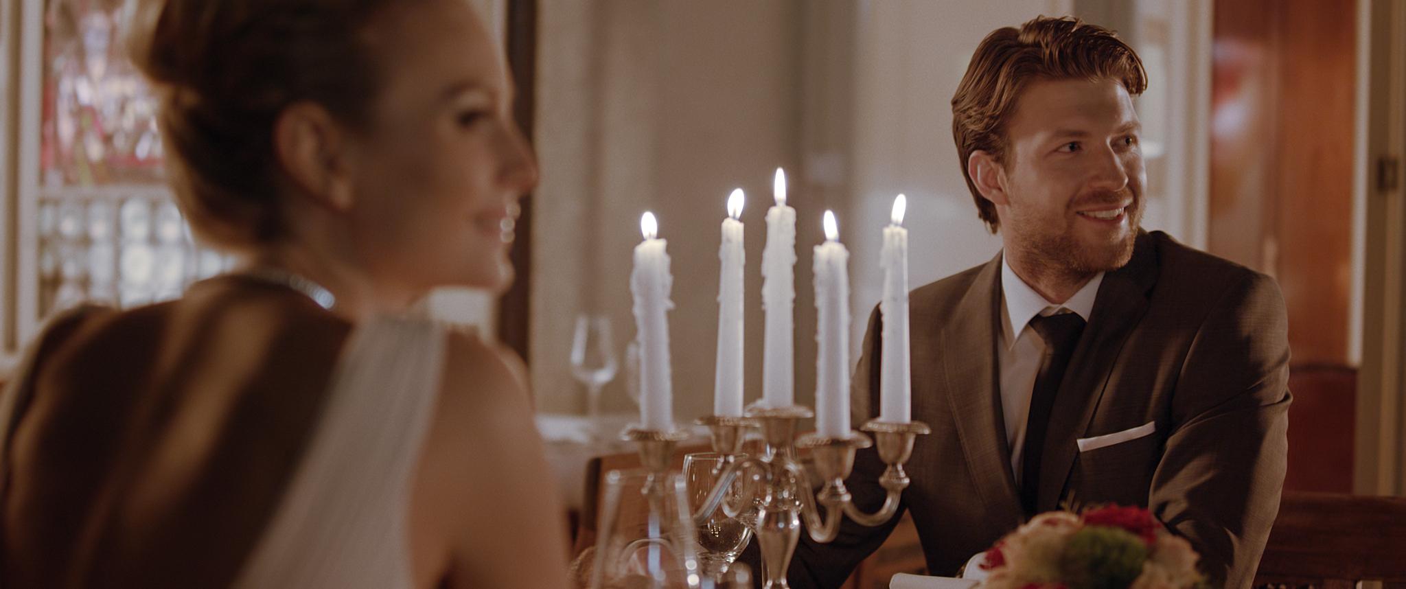 """Standbild des Imagefilms """"Erbprinz - Der Film"""" von der Candle Light Szene von Jafura - Ihrer Filmproduktion für Werbefilm und Imagefilm in Freiburg."""