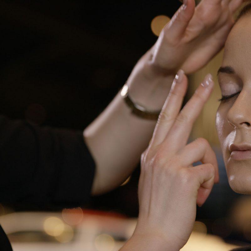 Die Freiburger Filmproduktion JAFURA dokumentiert in diesem Standbild des Werbefilms für Vogue und Lancôme wie Digital Make-up-Artist Caroline Band ihrem Model Lidschattengrundierung auf die beweglichen Lider aufträgt.