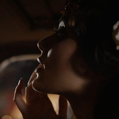 Die Freiburger Filmproduktion JAFURA dokumentiert in diesem Standbild des Werbefilms für Vogue und Lancôme das von Digital Make-up-Artist Caroline Band geschminkte Model, beim Posing in einem Oldtimer.