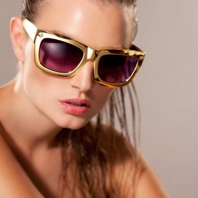 Eine Beauty Fotografie, Portraitfotografie eines Models, das eine Sonnenbrille für ein Beauty Fotoshooting, Fahionshooting trägt, von Jafura - Ihr Fotostudio für makellose Beauty Fotografie mit Sitz in Freiburg.
