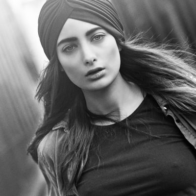 Eine Fashion Fotografie von Samira Mahboub, auf einer Strasse in Shorditch, London für ein Fashion Fotoshooting, Fahionshooting, Beauty Shooting von Jafura - Ihr Fotostudio für aktuelle Fashion Fotografie mit Sitz in Freiburg.